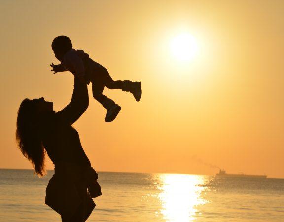 mamă-fiică-plimbare